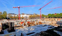 """Fundamente, Tiefgaragen und mitunter erste Kellerdecken sind bereits hochgezogen. """"Wir wollen nicht, wir werden Anfang 2018 die neuen Rhein-Main-Hallen in Betrieb nehmen"""", versicherte Oberbürgermeister Sven Gerich © massow-picture"""