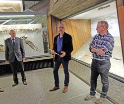 """(v.l.) Designer Herrmann Schäfer, Museumsdirektor Dr. Bernd Herkner und Olaf Vogel, geowissenschaftler Präparator. Da sämtliche Exponate zuzüglich 10 Neuzugänge von Olaf Vogel aufbereitet wurden, heißt Raum 6 bei Senckenberg unter Kollegen nur noch der """"Vogelraum""""."""
