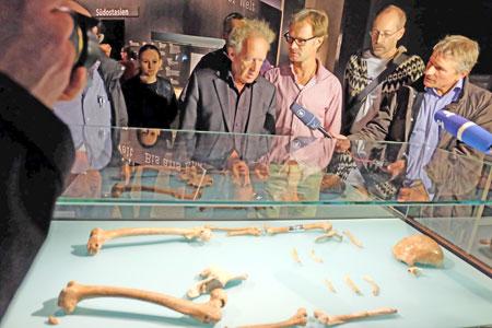 © massow-picture Expanding World: Prof. Dr. Friedemann Schenk mitte li. und Dr. Oliver Sandrock erläutern am Neandertalerfund von 1856 bei Mettmann Journalisten wie in Europa die ersten Weltbilder zur Evoultion des Menschen entstanden.