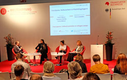 """Autoren diskutieren bei """"Weltkulturen"""" über die Migrationsproblematik. Am Sonntag, dem 18.10.2015 haben Flüchtlinge freien Eintritt auf der Buchmesse. Jane Teller (r.) © massow-picture"""