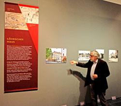 Dr. Joachim Glatz, ehemaliger Direktor Landesdenkmalpflege, GDKE, und Kurator der Ausstellung erläutert während eines Presserundganges die Veränderung der Situation um das Löhrsche Haus.  © massow-picture
