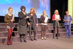 """Siegerehrung """"Art für Art -Trailerwettbewerb"""". li.: Anne Peifer (Siegertrailer), Andrea Wink (Festivalleiterin), Elke Gruhn (ADKV,), Monique Marmodée und Melina Nakaluk (2.Siegerinnen).© massow-picture"""