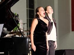 Esther Dierkes und Martha Jordan von der Hochschule für Musik und Darstellende Kunst überzeugten mit Liedern der Opernklassik © massow-picture