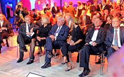 vl. Prof. Dr. Reinhold Ewald, ESA-Astronaut und Physiker im Gespräch mit Dr. h.c. Beate Heraeus, Präsidentin der Senckenberg Gesellschaft, Volker Bouffier, Hessischer Ministerpräsident mit Ehefrau, Prof. Dr. Heinz Riesenhuber, Bundesforschungsminister a.D., Prof. Dr. Dr. h.c. Volker Mosbrugger, Generaldirektor der Senckenberg-Gesellschaft © massow-picture