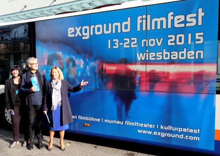 li. Andrea Wink und Gerald Pucher vom Organisationsteam exground28, Rose-Lore Scholz Kulturdezernentin der Landeshauptstadt Wiesbaden vor einem Eswe-Bus, einem der Hauptsponsoren des diesjährigen Filmfestivals. © massow-picture