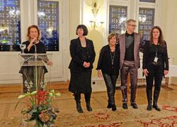 (li) Rose-Lore Scholz dankt Andrea Wink und ihrem Team für die großartige, erfolgreiche wie unermüdliche Realisierung des 28. exground-Filmfestivals im Festsaal des  Wiesbadener Rathauses  © massow-picture