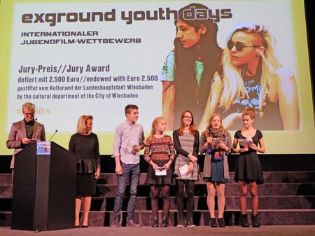 """li.Gerald Pucher, exground-Youth-days mit Rose-Lore Scholz und der Jugendjury beim Verlesen Ihrer Begründung für die Auswahl """"Mustang"""". © massow-picture"""