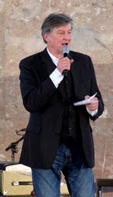 Johnny Klinke, Direktor des Tigerpalast Varieté Theater und Gastgeber, begrüßte die Gäste und führte durch das von ihm wunderbar zusammengestellte Programm des Nachmittags  © massow-picture