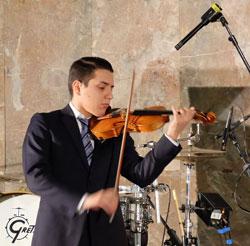 Sandro Roy mit einer Solosonate von Johann Sebastian Bach  © massow-picture