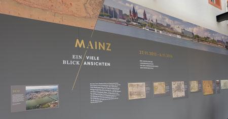 Den Auftakt bildet eine große Schauwand (40 Quadratmeter) mit einem Panoramafoto der Rheinfront von Mainz. Anhand der wichtigsten historischen Stadtpläne seit 1575 können die Besucher die Veränderung des Stadtgrundrisses nachvollziehen. © massow-picture