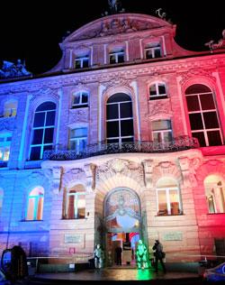 Das Senckenberggebäude erstrahlte aus Solidarität mit Frankreich in den Farben der Trikolore blau, weiß, rot, © massow-picture