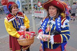 Zugplakettchen-Verkäuferinnen.    © massow-picture