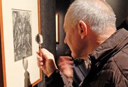Per Lupe im eigenen Tempo auf Entdeckungstour durch die ersten Wimmelbilder. © massow-picture