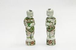Knaben, die in den Händen Vasen mit Blütenzweigen halten, figürliche Keramik, China 1600-1619. Sie stellen die beiden lachenden Zwillingsgenien der Einigkeit und Harmonie (Hehe erxian) dar. © Museum für Angewandte Kunst