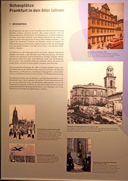 """Ausstellungstafel """"Schauplätze"""" zeigt historischen Fotos der Stunde Null mit erläuternden Texten."""