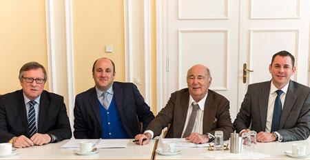 Vertragsunterzeichnung im kleinen Festsaal des Rathauses. Von links nach rechts: Stadtrat Detlev Bendel, Sebastian Kuffler, Roland Kuffler und Oberbürgermeister Sven Gerich.