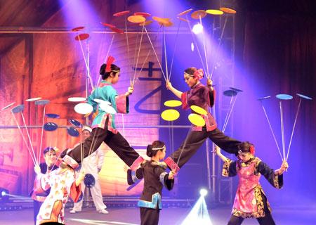Während sie auf dünnen Stöckchen Teller routieren lassen vollziehen die jungen Akrobatinnen des Chinesischen Zirkus bei Sarrasani die tollkühnsten Figuren. Foto © massow-picture