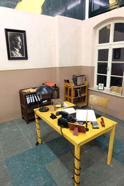 Eine typische Beamtenstube mit Adolf-Bild an der Wand und manch brisanten Akten auf dem Schreibtisch sowie rund die Hälfte der Schautafeln werden  im Ministerium der Finanzen gezeigt. Teil 1 der Ausstellung kann im Ministerium der Justiz und für Verbraucherschutz besichtigt werden. Foto © massow-picture