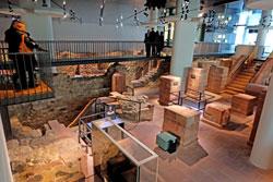 Von den Galerien, die sich auf der Höhe des ursprünglichen Erdgeschosses der Häuser Judengasse befinden, blicken die Besucher auf die Ruinen von fünf Häusern, die in Form von kleinen 3 D-Modellen rekonstruiert wurden. Foto © massow-picture