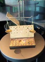 In der Frankfurter Judengasse arbeiteten viele Geldwechsler. Münzen wurden über ihr Metallgewichtverglichen. Deshalb war die Waage das wichtigste Instrument der Geldwechsler. Man muss wissen, dass jedes der vielen Territorien in Deutschland seine eigenen Münzen hatte. Vor allem zu Messezeiten hatten Geldwechsler Hochbetrieb. Foto © massow-picture