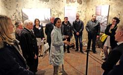 Dr. Doaa Elsayed, Kunsthistorikerin aus Kairo und Kuratorin der Ausstellung, führte die Gäste durch alle Stationen der Ausstellung und interviewte einfühlsam einige der jungen Gäste zu ihren zum Teil unglaublichen, lebensgefährlichen Erlebnissen . Foto © massow-picture