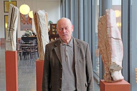 """Erwin Wortelkamp im Foyer (Arkade) des Landesmuseums, r. Skulptur """"In der Schwebe"""", Holz, gekalkt. Foto © massow-picture"""