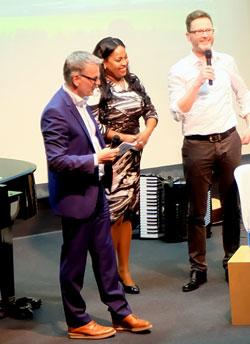 """Moderator Tobias Bartenbach im Gespräch mit Rheinhessen-Song-Komponisten """"Kleine Welt"""" Andreas Arneke  und der bekannten Sängerin Sängerin Menna Mulugeta (siehe auch Bild oben),  © massow-picture"""