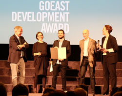 (vli) Dr. Helmut Müller, Geschäftsführer von Kulturfonds Frankfurt RheinMain und  Gabi Babic überreichen den mit 3.500 Euro dotierten goEast Development Award. D.v. Goddenthow © massow-picture