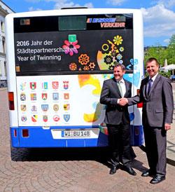 Jahr der Städtepartnerschaften - ESWE-Bus.  Oberbürgermeister Sven Gerich und ESWE-Chef Jörg Gerhard vor dem Städtepartnerschaftsbus. Foto: v. Goddenthow © massow-picture