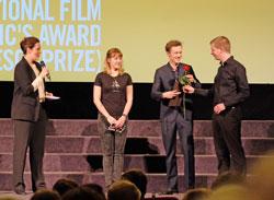 Da die FIPRESCI-Jury sich für die polnisch-tschechisch-slowakische Produktion entschied und den Preis der Internationalen Filmkritik an DIE ROTE SPINNE vergab, musste Marcin Koszalka gleich nochmal auf die Bühne. D.v. Goddenthow © massow-picture