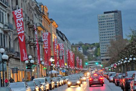 Große Ereignisse werfen ihre Schatten voraus: GoEast-Beflaggung auf der abendlichen Wilhelmstrasse in Wiesbaden. Foto:© massow-picture