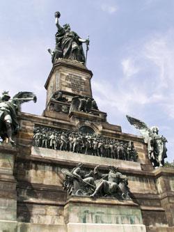 """Blick auf das Niederwald-Denkmal """"Germania"""" Foto:  © massow-picture"""