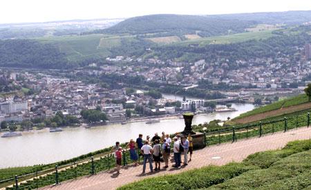 Blick vom Niederwald-Denkmal und Info-Zentrum über den Rhein nach Bingen und im Hintergrund in den Hunsrück. Foto:  © massow-picture