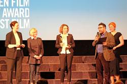 Die Preisträger bedanken sich bei Claudia Dllmann, Direktorin des Deutschen Filmmuseums Frankfurt und Gaby Babiic. D.v. Goddenthow © massow-picture