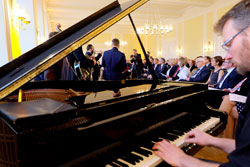 Am Flügel Pianist Martin Pfeifer von der Wiesbadener Musik- und Kunstschule mit weiteren fünf Jazzern aus Partnerstädten zum musikalischen Auftakt des Festaktes im Rathaus. © massow-picture