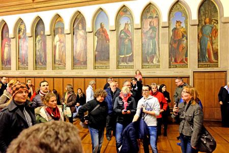 Bei der ab 19 Uhr stündlichen Führung im Kaisersaal, wird die Bedeutung Frankfurts und des Römers bei der Wahlmonarchie im Heiligen Römischen Reich Deutscher Nation, erläutert. © massow-picture