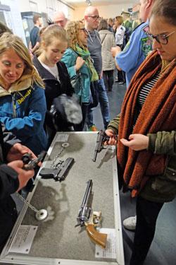"""Wie wohl ein echte Pistole in der Hand liegt, kann hier getestet werden. Die Aservaten begangener Straftaten können im kleinen """"Separee"""" bestaunt werden. © massow-picture"""