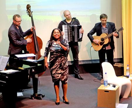 """Absolutes Highlight der Veranstaltung ist die Uraufführung des Rheinhessen-Songs """"Kleine Welt"""" durch die Sängerin Menna Mulugeta und Band. © massow-picture"""