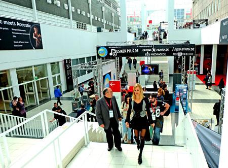 Musikmesse - hier Begegnungen in der Galerie: Musikstiftungen, Musikinitivativen, Musikorganisationen, Weiterbildungen und Verände wie GEMA etc. © massow-picture