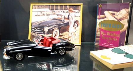 Einer der populärsten Verbrechen war die Ermordung der Frankfurter Edelprostituierten Rosemarie Nitribit im Jahr 1957. Selbst ihr legendärer schwarzer Mercedes 190 SL wird im Modell gezeigt. © massow-picture