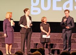 Die Kulturdezernentin der Landeshauptstadt Wiesbaden, Rose-Lore Scholz (li) überreicht mit Gabi Babic den mit 7.500 Euro dotierten Preis für die beste Regie . D.v. Goddenthow © massow-picture