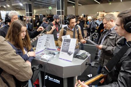 E-Gitarrenfans an den Test-Desks. Hier in Halle 11.0 Rock meets Pop.© massow-picture