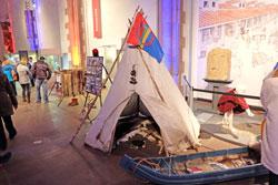 Die Nachtschwärmer konnten viele Ausstellungsstücke zum Alltagsleben der Saamen bestaunen, wie hier ein Zelt und einen Schlitten. © massow-picture