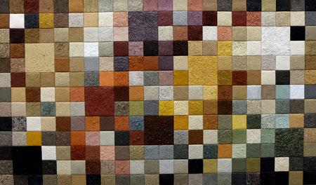 """Das hier auf unzähligen Holzquadraten künstlerisch und dokumentarisch aufgetragene Sand- und Erdmaterial stammt aus Rheinhessen. Auf einer nebenstehenden Tafel erfahren Betrachter, Fundort und Art der Böden. Diese Art der künstlerischen Präsentation der Vielfalt unserer Böden, macht neugierig und hilft Eltern und Pädagogen auch,  Kinder und Jugendliche stärker für die Faszination """"Sand- und Erdböden"""" zu interessieren. © massow-picture"""