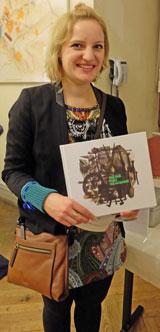 Sarah Mock mit dem Begleitband ihrer Ausstellung © massow-picture