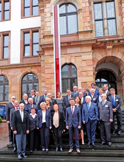 Vor der Stehle der Toleranz auf der Treppe des Wiesbadener Rathauses.  Vertreter und Vertreterinnen der Wiesbadener Partnerstädte und Partnerschaftsvereine  D. v. Goddenthow © massow-picture