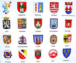 Die Wappen aller Wiesbadener Städtepartner, hier präsentiert auf dem Heck des ESWE-Bus Foto: v. Goddenthow © massow-picture