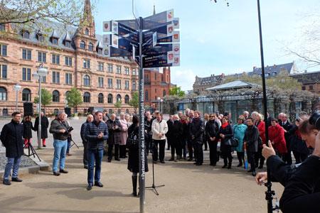 Oberbürgermeister Sven Geraich hat gerade die Stehle der Städtepartnerschaften auf dem Dernschen Gelände enthüllt. © massow-picture