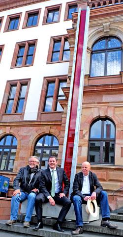 Jahr der Städtepartnerschaften - Stele der Toleranz. (v.l.) Siegfried Huhle, Oberbürgermeister Sven Gerich und Karl-Martin Hartmann vor der Stele für Toleranz. Foto: v. Goddenthow © massow-picture