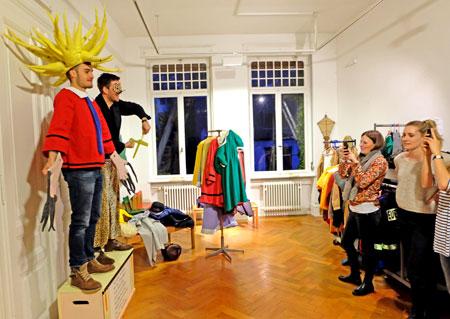 Lieblingsort vieler Jugendlicher war  in der Nacht der Museen das Theaterzimmer mit den Struwwelpeter-Kostümen, die übergezogen und aufgenommen, dann rasch gepostet werden konnten. © massow-picture